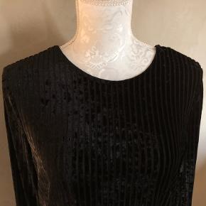 Super udsalg.... Jeg har ryddet ud i klædeskabet og fundet en masse flotte ting som sælges billigt, finder du flere ting, giver jeg gerne et godt tilbud..............  Smuk sort velour bluse str S * Brugt 3 gange - som ny