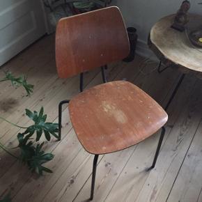 Skolestole  2 stk haves - 200kr for begge Stolene har begge patina.  Kan afhentes i Odense M.