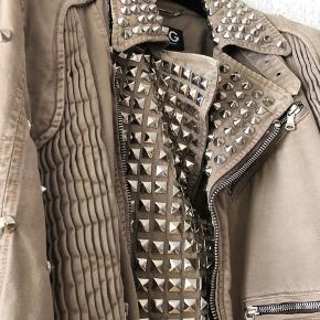 Limited edition biker jakke med studs fra luksuriøse og tjekkede italienske Dolce & Gabbana. Købt i New York til et modeshow en del år siden, der er kun lavet 20 eksemplarer.  Kostede 18.000kr   Made In Italy Str. EU50