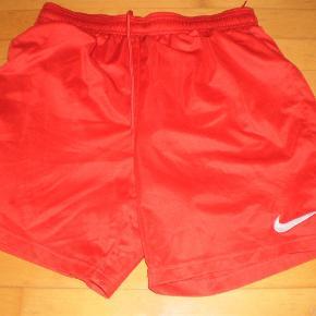 Varetype: shorts Farve: Røde Oprindelig købspris: 250 kr. Prisen angivet er inklusiv forsendelse.  Flot stand  Str s  Pris 100 inkl porto