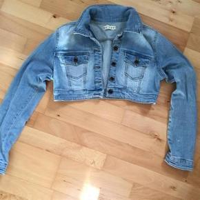 Smart Kort Jeans jakke Størrelse: S/M Farve: Lys Blå Oprindelig købspris: 349 kr.  Super udsalg.... Jeg har ryddet ud i klædeskabet og fundet en masse flotte ting som sælges billigt, finder du flere ting, giver jeg gerne et godt tilbud..............  * Flot Sommersæt Jeans jakke str S mens svarer mere til str M  Er som ny  Sendes med Coolrunner + 37 kr