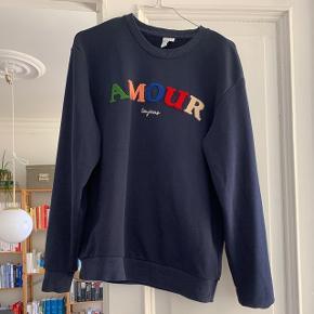 Mørkeblå sweater. Har kun været brugt et par gange.