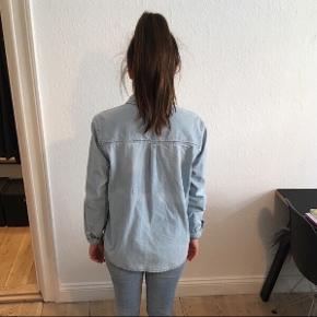 Jeg sælger denne flotte skjorte fra 2nd Day, str. S.  Den er brugt få gange. Nypris: 799kr.  • Jeg sender med DAO - køber betaler • Jeg tager imod MobilePay • Kan hentes i Aarhus C