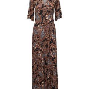 Smuk gulvlang kjole med 3/4 lange ærmer. 5% polyester, 5% elastane.  Brugt 3 gange.