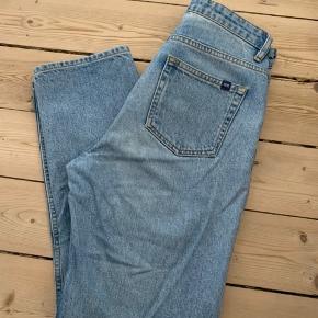 """Disse lyseblå mom-jeans/straight-leg jeans fra Wood Wood sælges til rigtig pris. Fra ny kostede de 1200kr, og er ikke bruger betydeligt meget.  Som ved alle andre bukser ses det hvis de er blevet vasket et par gange. Bukserne bliver derfor ikke sat som """"næsten som ny"""" da de er blevet brugt og vasket et par gange. Men de er i en super din stand"""