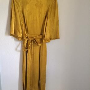Smuk jacquardvævet kjole fra H&M.  Næsten ikke brugt.  Der står den er en 32, men den er lidt for stor til mig (jeg bruger 32/34).  Så den passer nok en str. S.