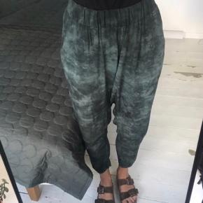 Jadegrønne Sade bukser, der er brugt et par gange og fine som nye😊