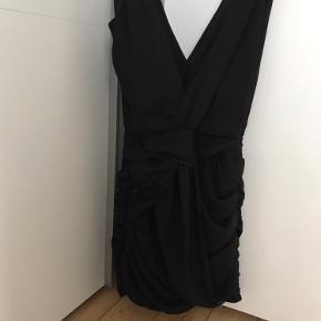 Smuk draperet kjole fra Nelly. Købt for mange år siden men aldrig brugt.