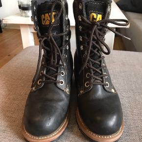 Lined, steel-toe Caterpillar boots in really great condition. EU size 39.