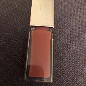 Lid Pop lipgloss i farven cocoa. Brugt ganske lidt.   33,- + fragt. Sender med Dao kr. 37,- eller PostNord på eget ansvar.  Bytter ikke.  MÆNGDERABAT 💛