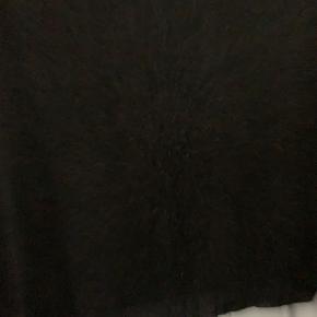 Fin bluse/trøje fra MB i strik foran samt gennemsigtig glitter-strik ved hals, bagpå og 1/2-delen af ærmet.  Aldrig brugt, men vasket på håndbask med silkesæbe.  Mp. 150,- u/ forsendelse