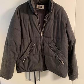 Sælger min skønne jakke fra Weekday.  Størrelse M, men passes af en S/M  Byd og spørg rigtig gerne 🦋
