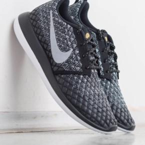 Nike Roshe two flyknit i sort/grå/hvid, str. 39. Aldrig brugt - stadig i æske. Ny pris 1299 kr. Bytter ikke - mp. 800 kr