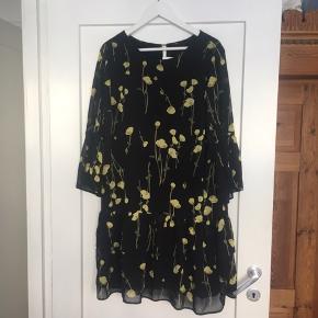 Virkelig fin og luftig kjole med flæser. Desværre uden mærke, så jeg kender ikke den helt præcise størrelse, men da den er for lille til mig har jeg vurderet den til en M eller 38