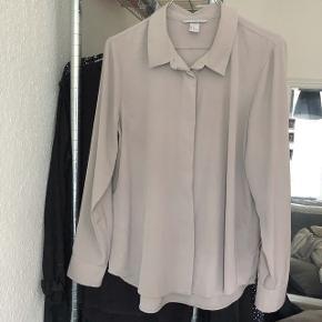 H&M skjorte i en fin farve er pæn til bukser eller nederdel evt stoppet lidt ned med et fedt bælte   størrelse: 42 ( jeg er selv en 36 )  og passer den sådan lidt loose fit, plejer at have den ned i nederdel eller bukserne den er ikke ALT for stor den sidder bare lidt loose, den er i forvejen lille af en 42 at være   pris: 70 kr   fragt: 37 kr