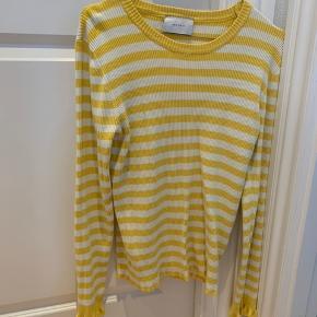 Sælger den smukke gul/hvid stribet trøje fra Neo Noir - perfekt til sommer og vinter  Køber betaler fragt  Mp 80kr