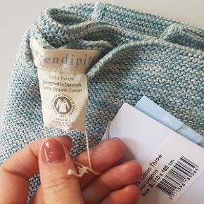 Serendipity tæppe i bomuld, aldrig brugt, helt nyt i indpakningen, med label.  Er 110 cm. x 160 cm. Lavet i økologisk bomuld, i farven: Lagoon.  Værdi: 700 kr. Pris: 200 kr. - sender gerne eller afhentes på Frb.