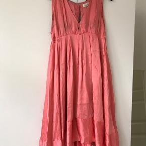 Fri fragt til og med torsdag d. 12/12.  Galla kjole. Trænger til rens.