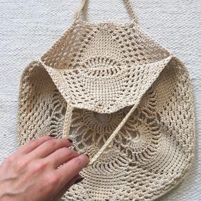 Super fin hæklet taske. I noget slidstærkt lidt stift snor. Måler 35*32uden hank.