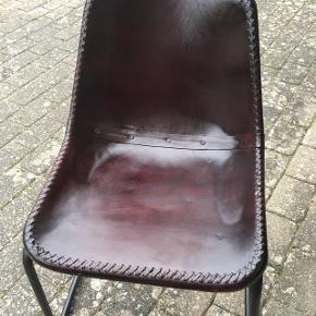 Superfine spisebordsstole eller til dit cool vinrum, retrolook skalstole, lædersæde. god siddekomfort.De helt nye, pris er pr stk.  Kan stables  Rabat ved køb af flere stk. Har ialt 10 af denne slags. Butikspris pr stk er 1299kr  Sælges evt samlet ( ved 3 stk eller flere gives rabat )