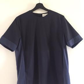 Wood Wood T-shirt/bluse med lommer i størrelse 38. Syningen i den ene lomme er gået op nederst, men ikke noget der gør noget