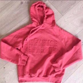Koral farvet hoodie / sweatshirt fra Gina Tricot 💥  - med præget tekst foran.  - Rib forneden og ved ærmernes ender.  - brugt lidt men i pæn stand  - nypris 250,-  Se også mine andre billige annoncer. Sælger ud og giver gerne mængderabat 🌟
