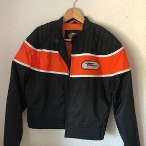Super fin jakke i god kvalitet. Lækker til de varme dage. Ikke tyk - ikke tynd og ingen beskyttelse. Bytter ikke