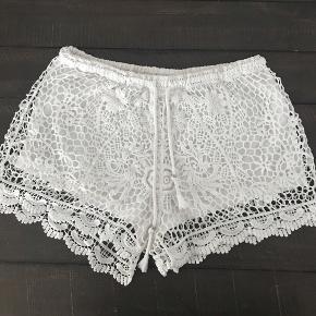 Super fine shorts fra Mystery Jane. De er en medium/large, men vil sige de passer en small el medium. Pæne og velholdte uden skader el lignende.
