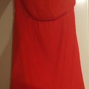 Smuk rød stropløs kjole. Købt for flere år siden men er kun brugt 2 gange.