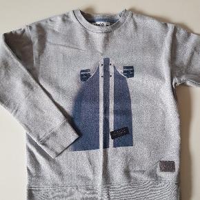 Grå sweatshirt med skateboard foran. Ny (uden mærke). Str. 152.  Køber betaler evt porto. Dao 38 kr.