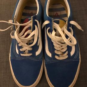 Superfede Vans sneakers i flot blå farve med hvidt tryk. De kan komme til at fremstå som nye ved en gang vask😊