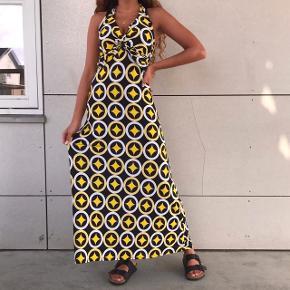 Fed vintage / retro kjole 💛💛 den sidder super godt ! Og man binder den i nakken