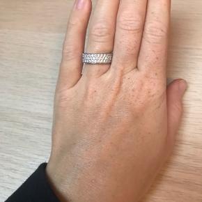 Smuk ring fra Sif Jakobs i størrelse 56. Den har en smule brugsridser på den side af ringen man ikke ser. Æsken har jeg desværre ikke længere :-)