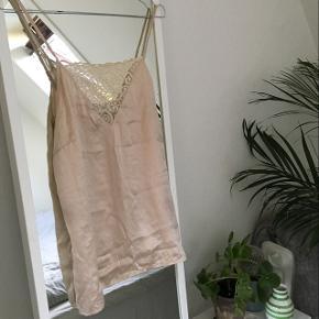 Jeg sælger denne beige silketop fra Selected Femme, den er knap nok brugt. Jeg købte den forrige år 🌟  Kom gerne med et bud 😆