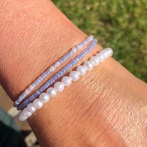 Håndlavede perlearmbånd med glasperler.   Hvidt perlearmbånd sælges til 25kr ☀️  Kan kombineres med glasperle armbånd i forskellige farver, lavet på ekstra stærk elastiktråd.  Sælges for 15kr stykket, 2 for 25kr & 3 for 35kr 💙