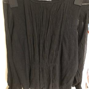 Elegant trøje i sort strik med fine detaljer