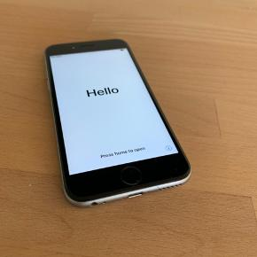 IPhone 6s 64 GB, brugsridser fremgår, den fremstår pæn og virker som den skal, sælges uden oplader og høretelefoner.