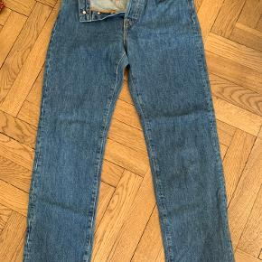They are size 32 jeans in Australian sizing, I wear size 27-28 in denmark.