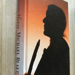 """Sletternes herre af Michael Blake Originaltitel: """"The holy road"""". På dansk ved Neel Rocco. Løjtnant John Dunbar, med titlen Danser med Ulve, har levet 11år som comanche-indianer i fred med sin stamme og sin familie, men de hvide trænger sig vestpå og en konfrontation er uundgåelig indb, kan sendes m DAO for 39 kr oveni til nærmeste udleveringssted"""