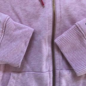 Lyserød meleret hoodie fra TH. Som ny da den kun er brugt kortvarigt 1 gang da min datter alligevel ikke vil gå med den.   Farven på billederne er meget forskellige men det 1. Billede er den mest korrekte farve.   Nypris 1100kr