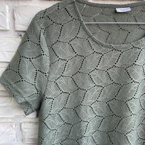 Semi transparent tshirt i støvet grøn farve.   #secondchancesummer
