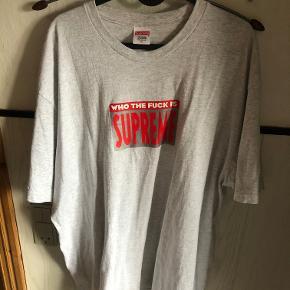 """Supreme """"Who The Fuck"""" T-Shirt sælges da det var et fejlkøb.  Den er gået i 2 gange og står derfor som ny.  Den billige pris skyldes at jeg mangler pengene  Nypris: 900,-"""