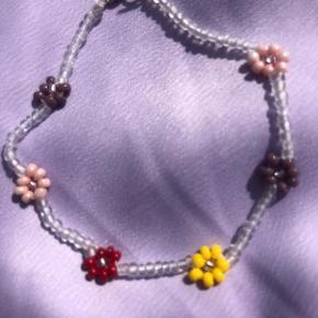 Perle armbånd med blomster 💮Prisen er fast og inkl Porto m postnoed
