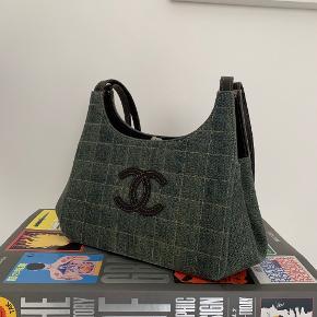 Sejeste vintage denimtaske fra Chanel.   PRISEN ER FAST, venligst respekter dette :)   Fin vintage Chanel taske - Serienummeret fortæller at den er fra mellem 2000 og 2002 - Autencitetskort medfølger samt kvittering fra køb på Bruun Rasmussen  - Mødes kun og handler med denne.