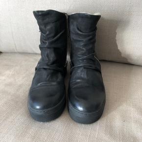 Nye ubrugte gennemforet Billi Bi støvler, med kinahæl. Sælger til 1/2 købspris. Sender gerne mod betaling af porto.