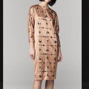 Smukkeste Malene Birger Raffaella kjole sælges, perfekt til sommerens fester.