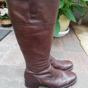Super lækre brune støvler i ægte læder fra Ecco. Str 40. Lynlås på indersiden på midten af støvlen. Har været brugt i en kort periode, men er ikke skæve i hælen, slidte osv. Er i tvivl om de skal stå i kategorien næsten ny eller god men brugt. En lækker støvle i blødt lækkert læder. Super smuk farve. 460, - pp med Dao og mobilepay Sender hurtigt