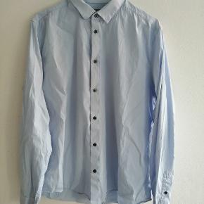 Lyseblå skjorte