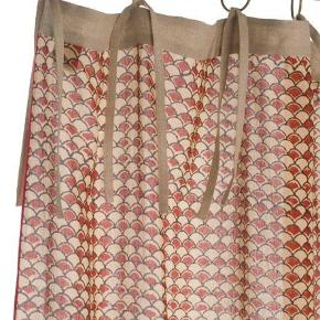 Sælger 2 af disse splinternye franske gardiner fra Beau Marché. Nypris er 1760kr.   Målene per gardin: 145x280cm   I kan se yderligere detaljer og billeder på deres hjemmeside (dog med et andet print): https://beaumarche.dk/vare/gardin-145x280cm/