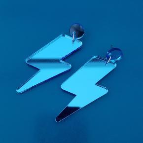 Super fine øreringe fra det danske smykkemærke Saisall.. Spejlrefleks i den flotteste blå farve 💙